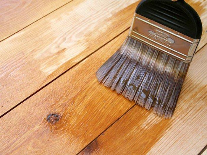 Увлажнение любым составом делает поверхность древесины шершавой.