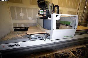 Рис. 4. Обрабатывающий центр для обработки брусковых деталей с механическими захватами на столе