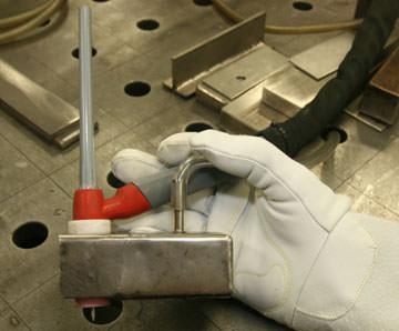Вторичная защита охлаждающегося расплавленного металла и околошовной зоны